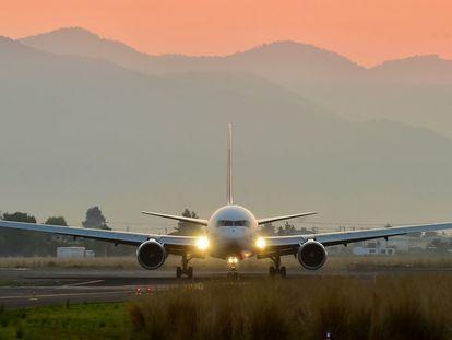 Un avión con insumos médicos, procedente de Estados Unidos de América, arriba al aeropuerto de Toluca en mayo de 2020.