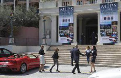 """Visitantes junto a la entrada del """"Marbella International Property Show (MIPS)"""", la feria inmobiliaria y de inversiones de la Costa del Sol que se celebra hasta el viernes en el Hotel Villa Padierna de Benahavís (Málaga), con el objetivo de dar salida a las viviendas deshabitadas de la zona y dinamizar el mercado inmobiliario. ALF"""
