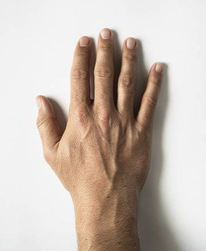La mano derecha del santo.