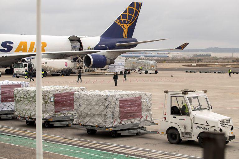 Descarga de material sanitario en el aeropuerto de Zaragoza donado por Inditex.
