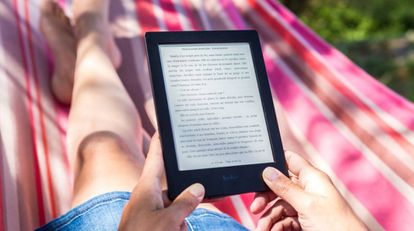 Una persona lee en un libro electrónico de la marca Kobo.