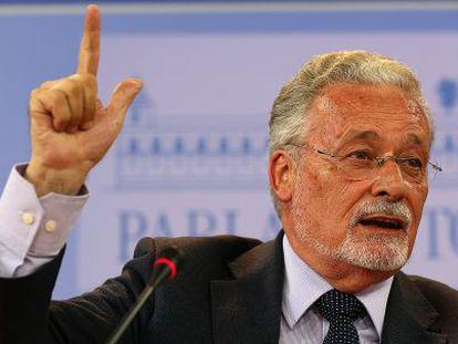 Jesús Maeztu durante su comparecencia ante la prensa en el Parlamento.