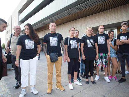 Familiares de la víctima, ante la Ciudad de la Justicia de Castellón en una imagen de archivo.
