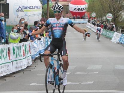 Juan Ayuso, ganando el Giro del Belvedere.