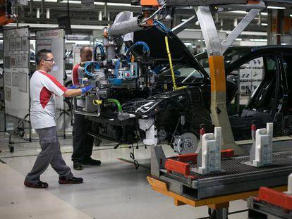 Operarios en la fábrica de Seat en Martorell.