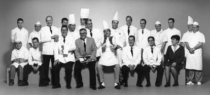 El equipo de cocina y sala (con su mítico uniforme con chaqueta blanca y corbata) en una foto de famiila en 1995, con motivo del 25 aniversario de la tortillería.  