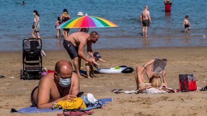 Bañistas en la playa Las Canteras de Las Palmas en mayo.