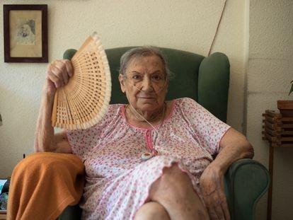 Carmen Franquelo posa en el salón del domicilio de su hermano en el madrileño barrio de Lavapiés.