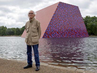 Christo posa en 2018 junto a su obra 'La Mastaba', en el lago Serpentine de Hyde Park, en Londres.