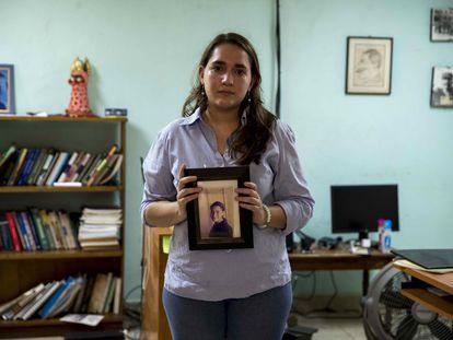 Josefina Dávila sostiene una fotografía de su hermana, Tamara Dávila, detenida por el régimen de Daniel Ortega.