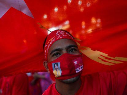 Un partidario de la Liga Nacional para la Democracia de Aung San Suu Kyi, este lunes en Yangón.