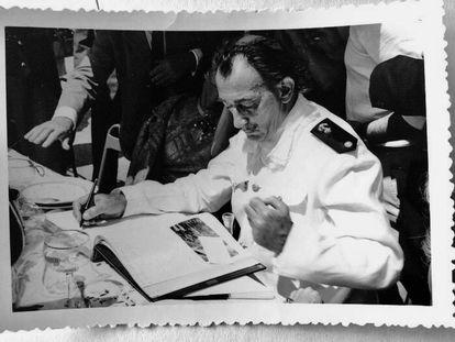 Dalí vestido de almirante para ver a Franco en 1955.