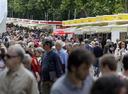 Panorama de una abarrotada Feria del Libro en el Retiro madrileño, el pasado fin de semana.