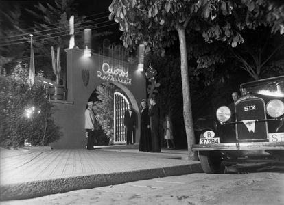 Entrada al restaurante Cactos, en la avenida de Pearson de Barcelona, en los años 50.