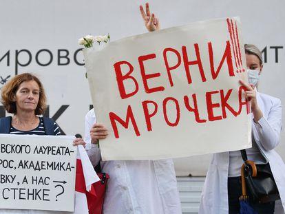 Trabajadores sanitarios protestan por el despido del académico y reputado cardiólogo bielorruso Alexandr Mrochek, el 27 de agosto en Minsk.