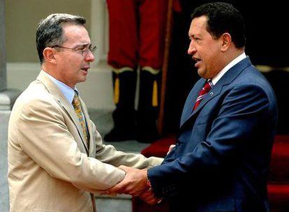 El presidente colombiano, Álvaro Uribe, y su homólogo venezolano, Hugo Chávez, en 2005.