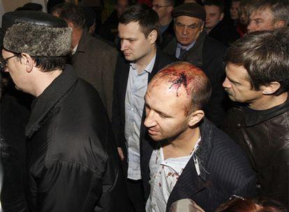 Varios pasajeros que viajaban en el tren accidentado llegan a San Petersburgo tras ser evacuados desde el lugar del siniestro.