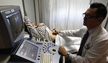 El médico José Luis Bartha realiza una ecografía a  una mujer en el hospital de La Paz de Madrid en 2014.