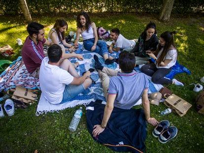 Varios jóvenes en el parque del Retiro, en Madrid.