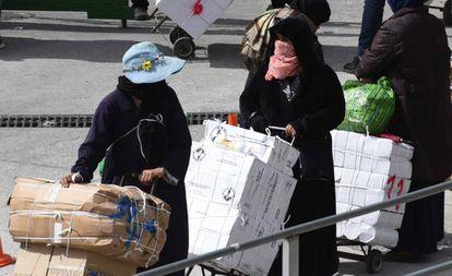 Porteadoras en la frontera entre Ceuta y Marruecos, el 24 de abril de 2019.