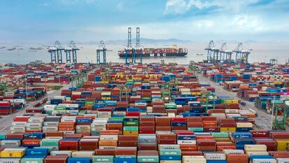 Vista aérea de contenedores apilados, en junio de 2021, en el puerto de Nansha (Guangzhou, China).