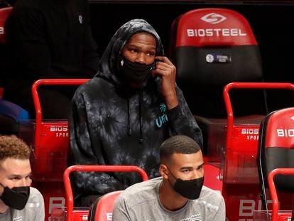Kevin Durant, en el banquillo durante un partido reciente entre Nets y Wizards.