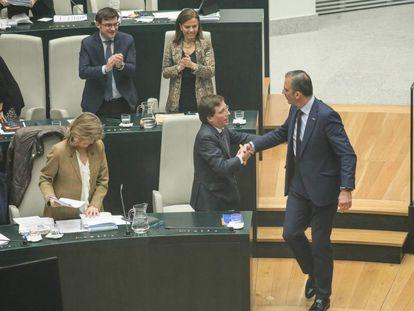 Jose Luis Martinez Almeida y Javier Ortega Smith se saludan durante el pleno en el que se aprueban los presupuestos.