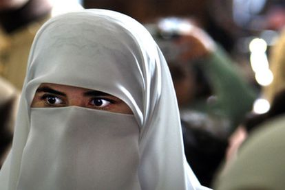 Una mujer con <i>niqab</i> en un congreso nacioanl de la Unión de Comunidades Islámicas de España celebrado en Valencia.