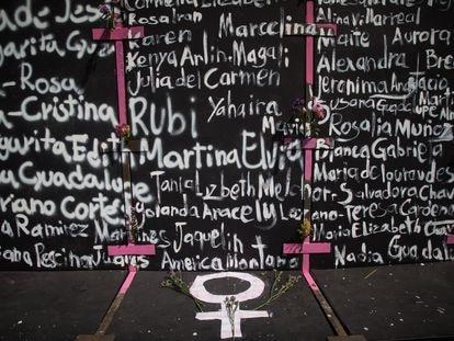 Nombres de mujeres asesinadas en México pintadas en la valla instalada por el Gobierno para proteger el Palacio Nacional de la manifestación del 8 de marzo.
