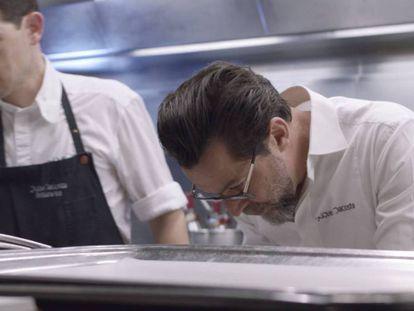 Quique Dacosta, en su restaurante, en un fotograma de 'Cocinar belleza'. En el vídeo, trailer de la película.
