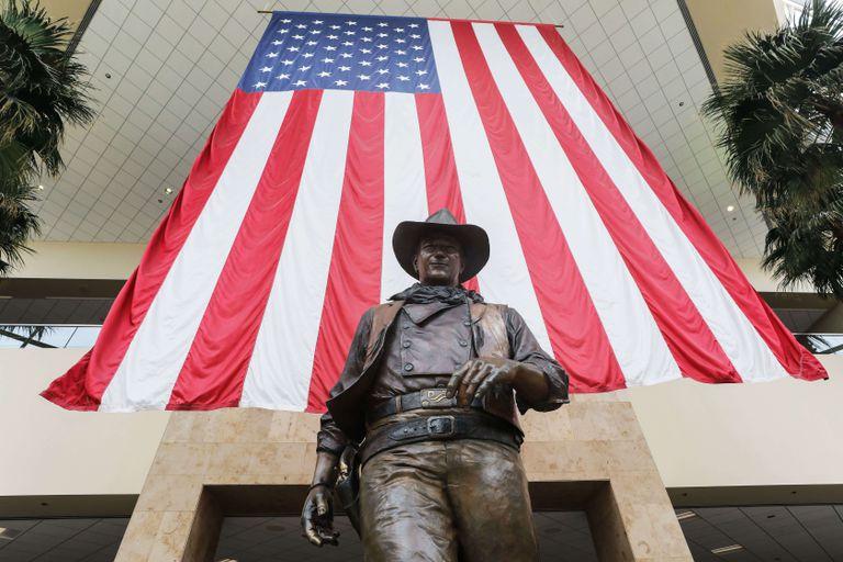 La statua di John Wayne al Aeroporto che porta il suo nome a Santa Ana, in California.