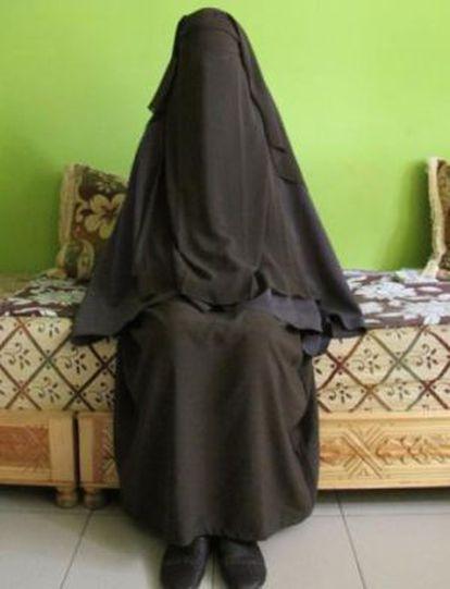 Chadia, de 15 años, en el salón de su casa en Melilla, en junio pasado.