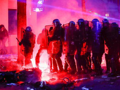 Policías franceses durante una manifestación contra la ley de seguridad el 5 de diciembre en París.