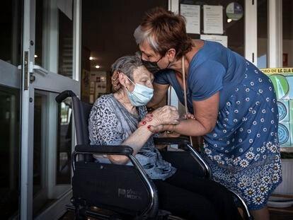 Amelia, una residente de 83 años con Alzhéimer, recibe las muestras de cariño de su hija en la Residencia de Mayores de la Canyada en Paterna (Valencia).