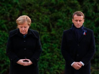 Angela Merkel y Emmanuel Macron, durante los actos de conmemoración del final de la Primera Guerra Mundial, en noviembre del año pasado en Compiegne (Francia).