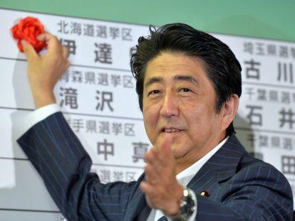El primer ministro Abe este domingo en la sede de su partido en Tokio.