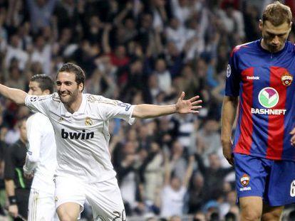 Higuaín celebra el primer gol del Madrid.