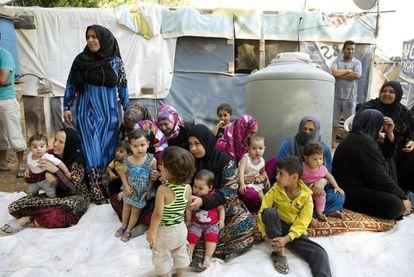Un grupo de refugiados en un campo improvisado de Bar Elias (Líbano).