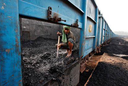 Un trabajador descarga carbón de un tren en la ciudad india de Chandigarh.