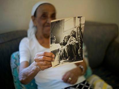 Una judía de origen yemení muestra una foto junto con su padre a su llegada a Israel en 1950, en 2016 en Raanana.