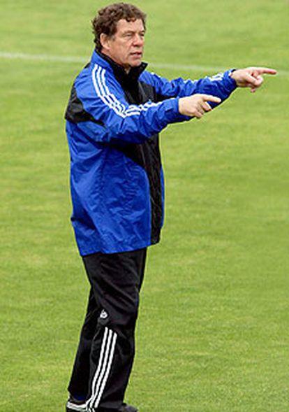 Otto Rehhagel da instrucciones a los jugadores griegos.