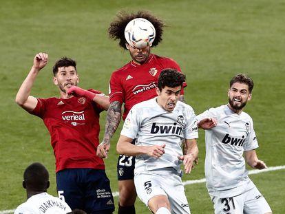 Aridane remata ante Gabriel Paulista y Molina Gutierrez, durante el encuentro disputado en El Sadar