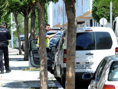 La policía investiga en el lugar del suceso en Marbella.