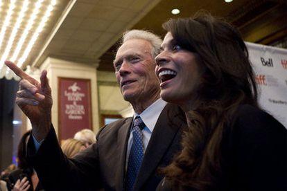 Clint Eastwood y su esposa, Dina, durante la promoción de la película <i>Hereafter</i><b> en Toronto.</b>