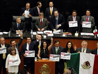 Senadores del PRD protestan para impedir la aprobación de la reforma.