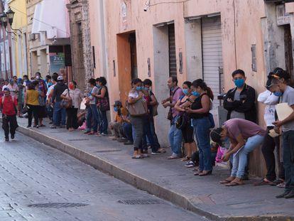 Decenas de personas hacen fila para pedir el seguro de desempleo en Mérida.