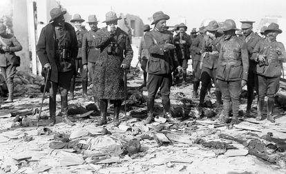 El general Dámaso Berenguer, alto comisario del protectorado de Marruecos, visita con otros oficiales militares la posición de Monte Arruit, en octubre de 1921. Entre los restos de los soldados muertos, se tapa el rostro con un pañuelo para evitar el hedor.
