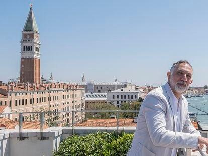 El arquitecto Hashim Sarkis en Venecia en 2019, durante la presentación de la Bienal, prevista para 2020 y aplazada un año debido a la pandemia.