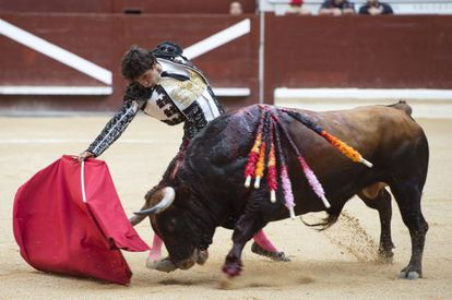 El diestro Juan del Álamo durante la corrida del Día del Blusa de Vitoria.