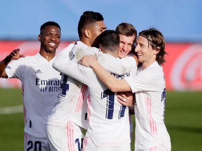 Casemiro, Kroos y Modric celebran junto a Lucas Vázquez y Vinicius un gol del Madrid ante el Valencia.
